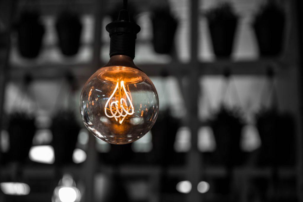 Ampoule qui illustre comment trouver une idée de création d'entreprise