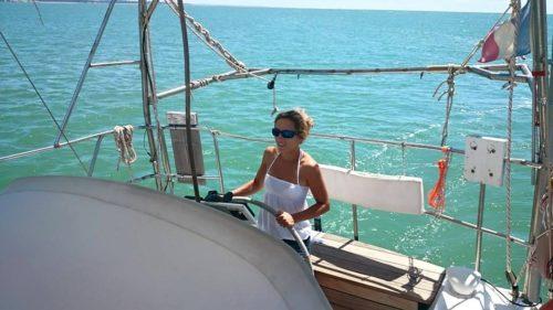femme conduisant voilier