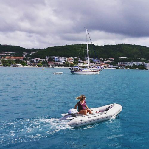 femme sur bateau