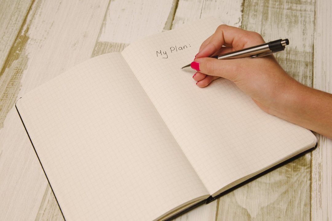 femme écrivant dans un cahier