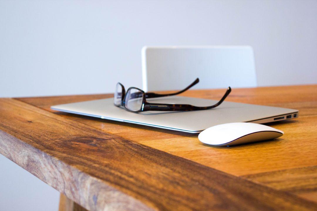 lunettes posées sur ordinateur fermé