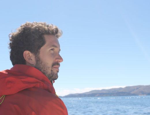 Homme qui regarde la mer