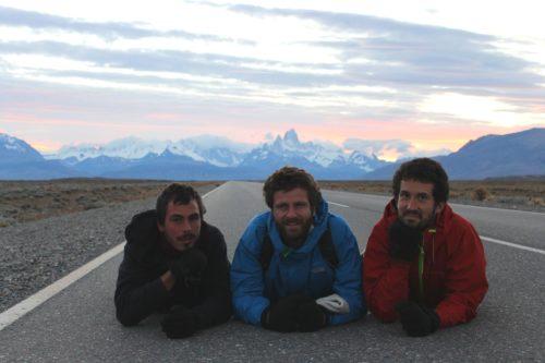 Trois hommes allongés sur une route