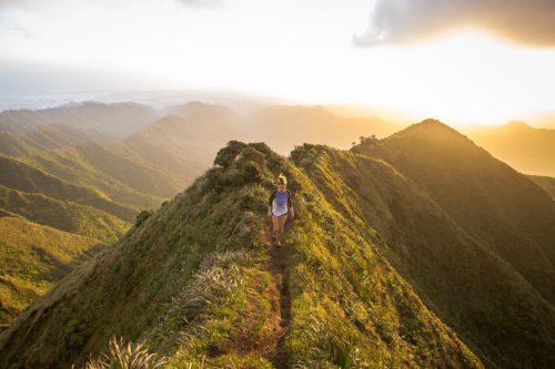 Femme marchant sur le haut d'une montagne