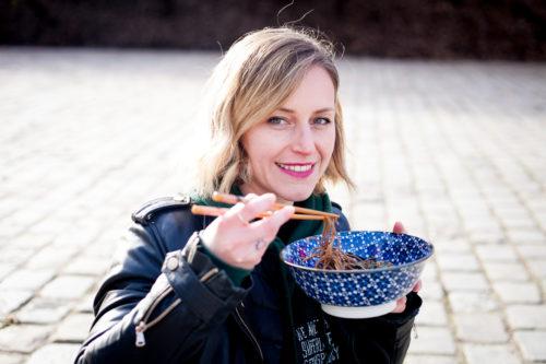 Femme qui mange nouilles dans un bol