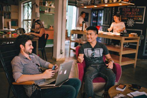 deux personnes qui discutent dans un espace de coworking