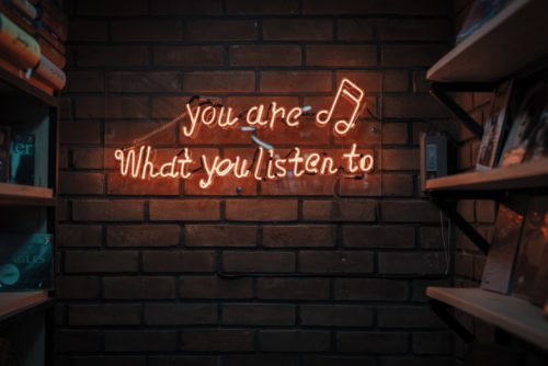 "Mur avec marqué en lettres lumineuses ""you are what you listen to"""