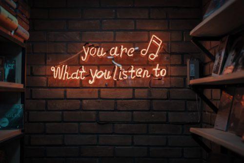 "Mur avec marqué en lettres lumineuses ""you are what you listen to"""