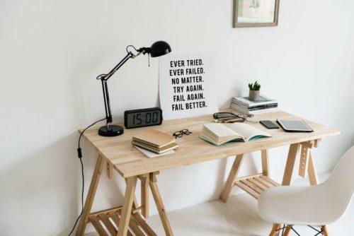 bureau en bois avec affiche pour être plus productif