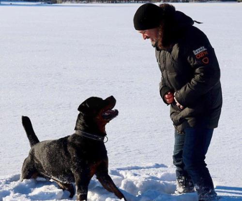 Nicolas avec son chien dans la neige
