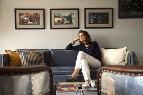 Marion assise sur un canapé bleu