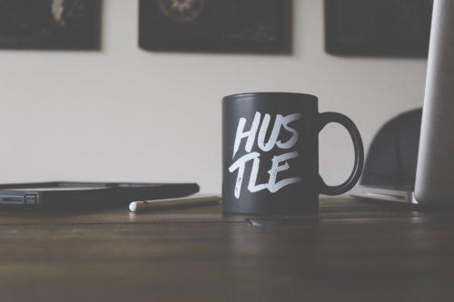 """Tasse """"Hustle"""" sur une table"""