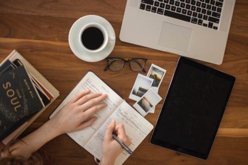 Personne qui écrit sur une table pour avoir une vie professionnelle épanouie