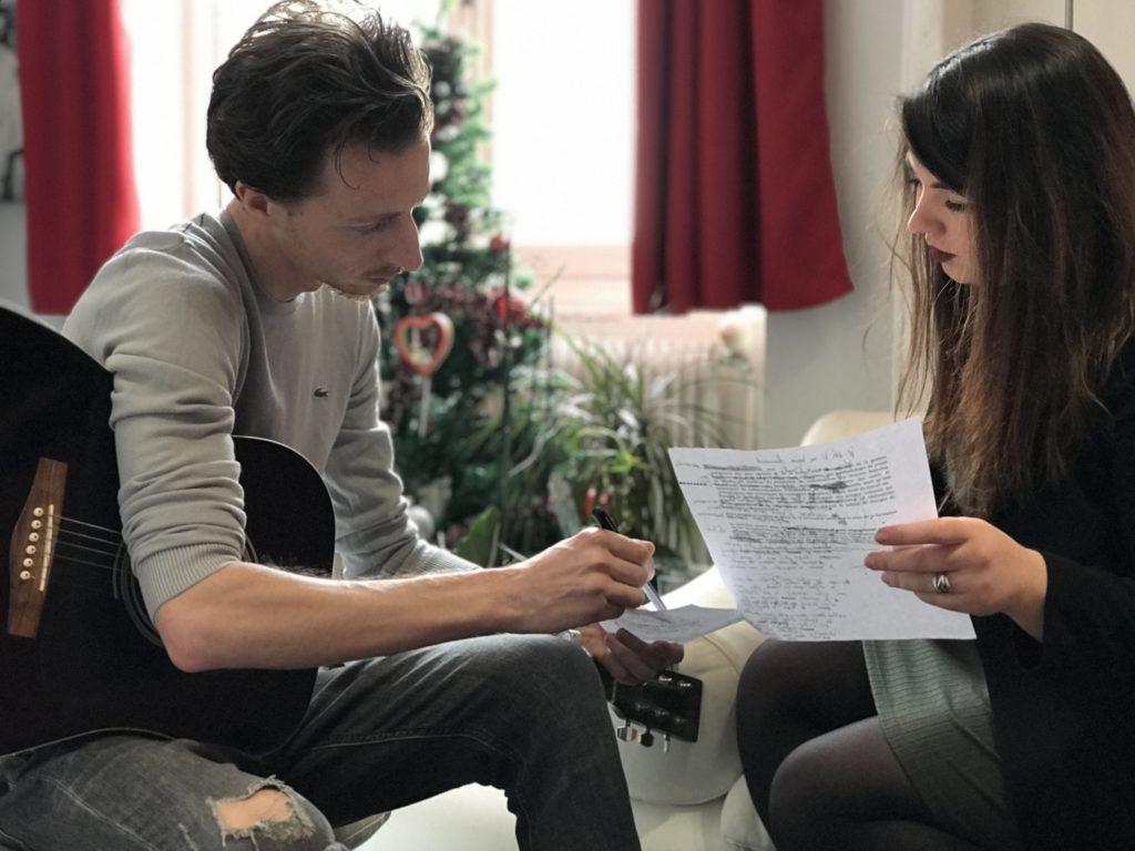 Un musicien travaille son Musical Branding avec Justine