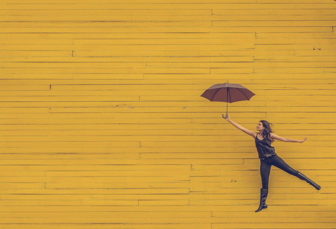 Femme sur fond jaune qui a trouvé comment faire le bon choix de carrière