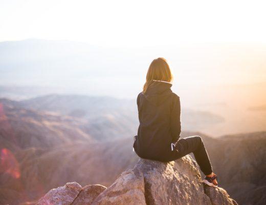 Femme qui regarde vers l'horizon, le but : découvrir pourquoi tu n'avances pas