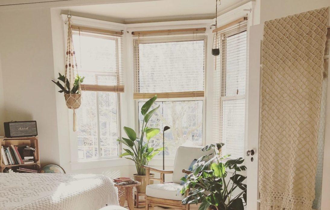 Chambre illuminée qui illustre l'article comment faire le vide dans son environnement personnel pour redonner du sens à sa vie professionnelle
