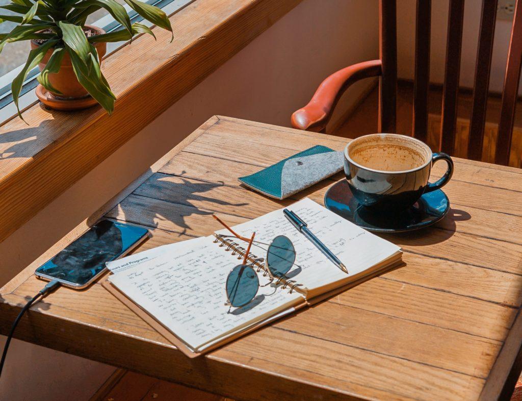 Cahier sur une table en bois qui permet de choisir un nom pour son entreprise