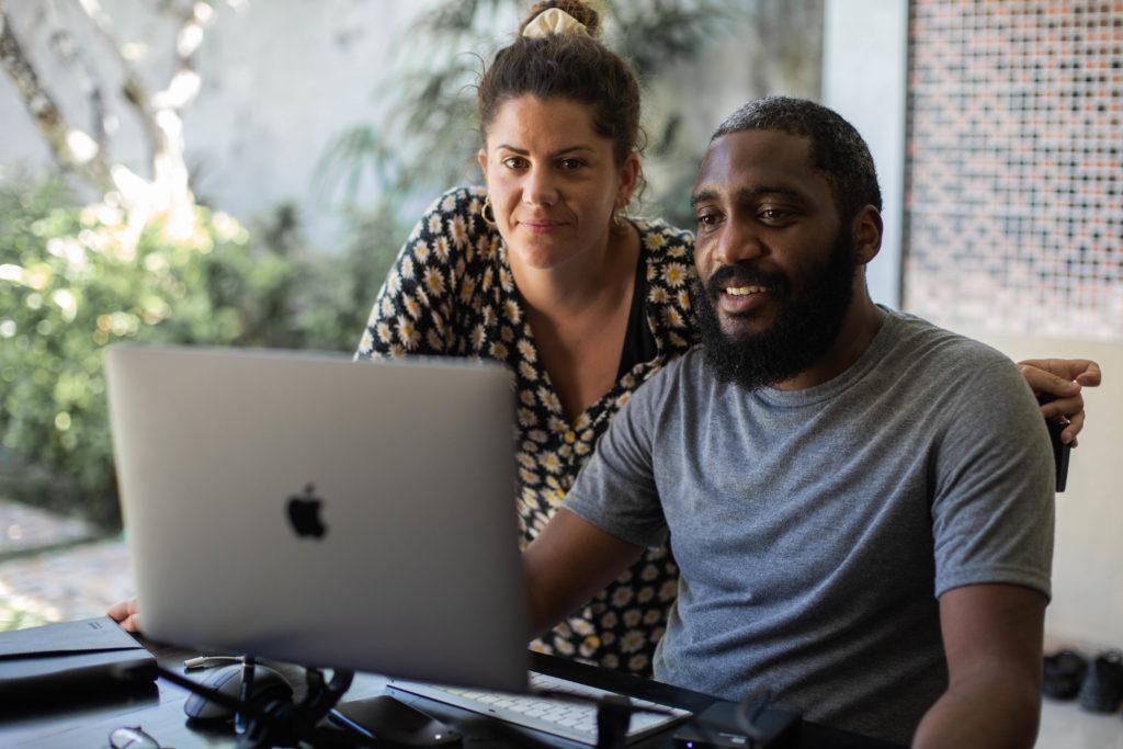 Ludovic et sa compagne qui travaille