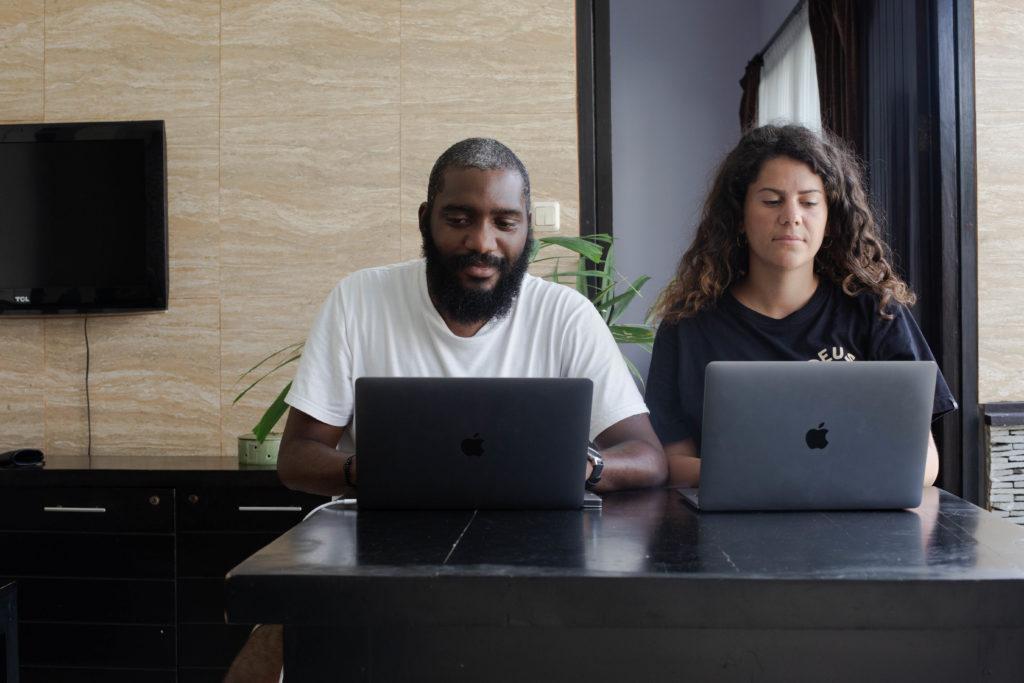 Ludovic freelance et digital nomad en plein travail