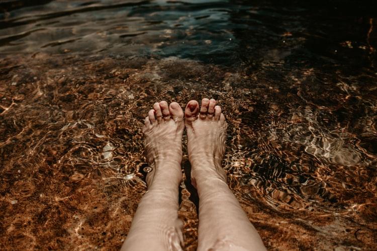 Des pieds dans l'eau