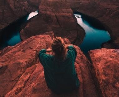 Une femme sur une montagne qui fait un tour du monde