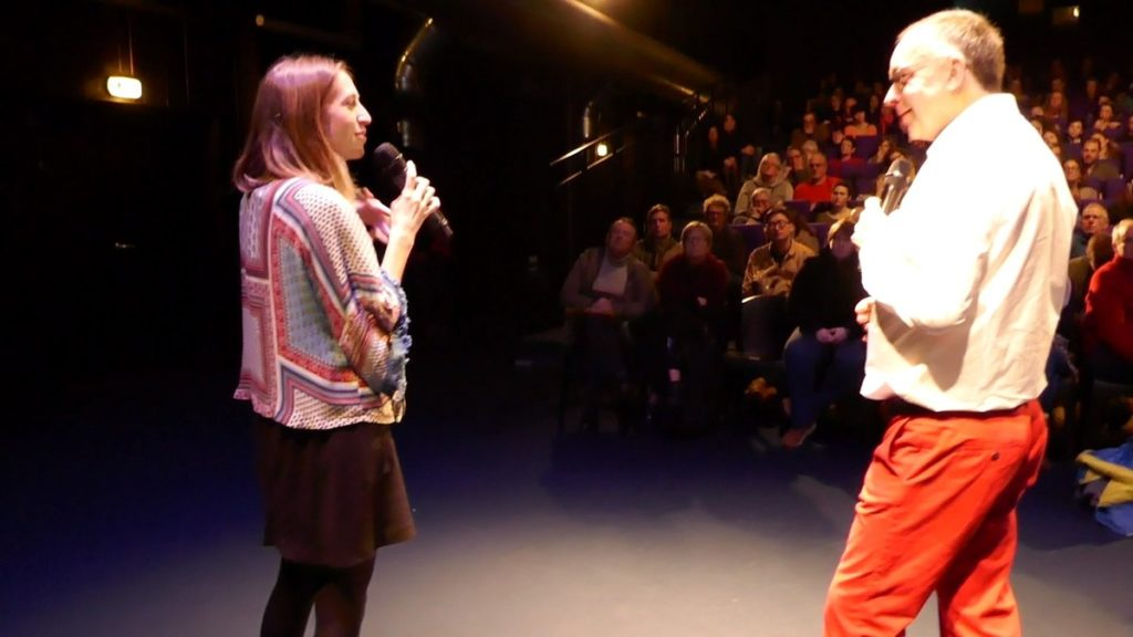 Pauline sur une scène avec un micro
