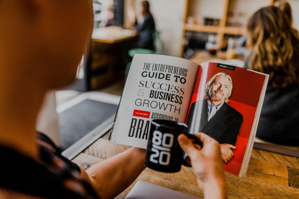 Un homme lit un livre : Les premiers pas de l'entrepreneur