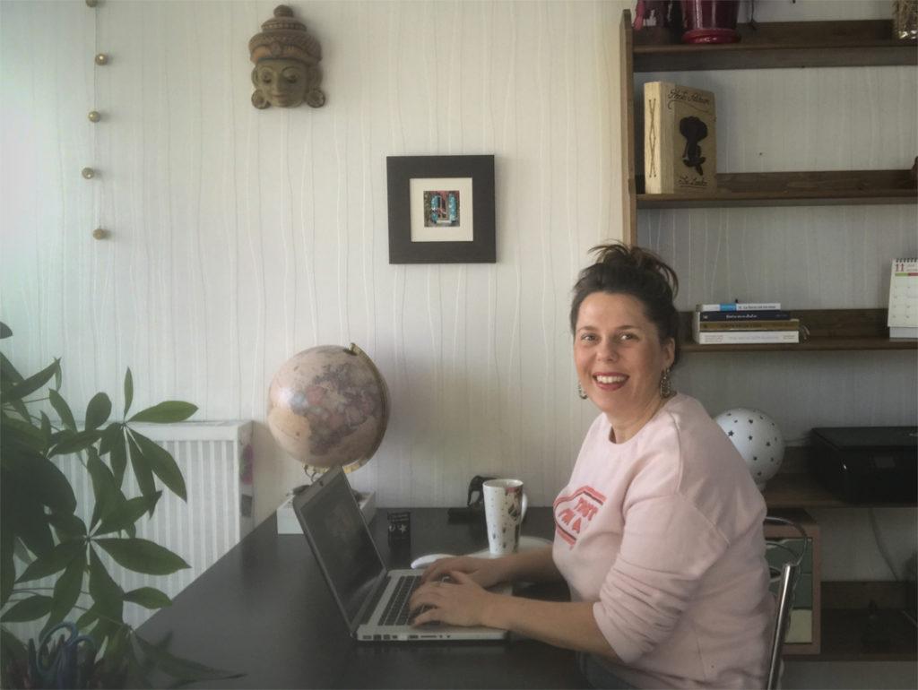 Emily à son bureau de coach pour travailleurs sociaux