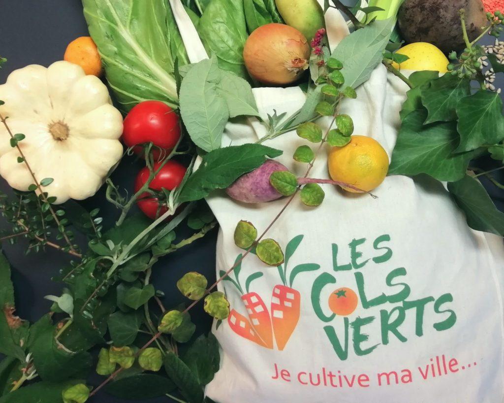 sac avec légumes des cols verts qui aident les reconversions dans l'agriculture urbaine