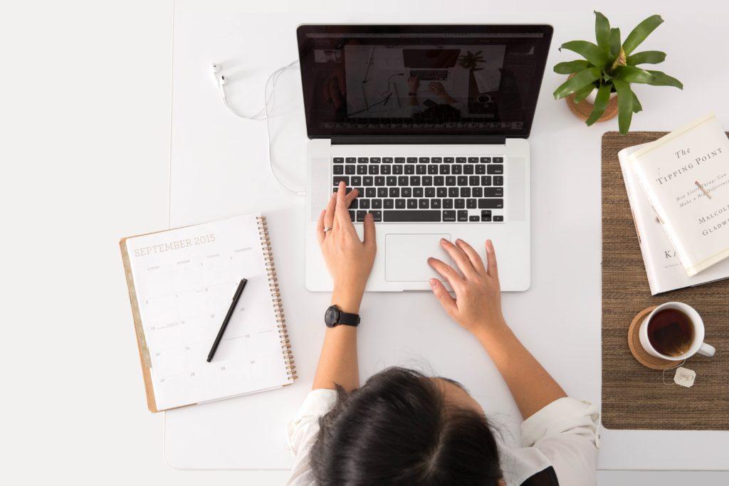 Femme qui travaille sur un ordinateur sur son Side Project