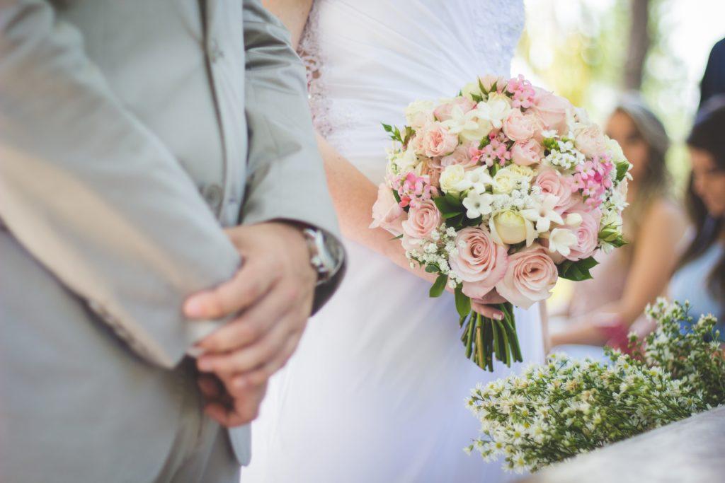 Marion explique pourquoi elle s'est reconvertie dans la création de robes de mariée