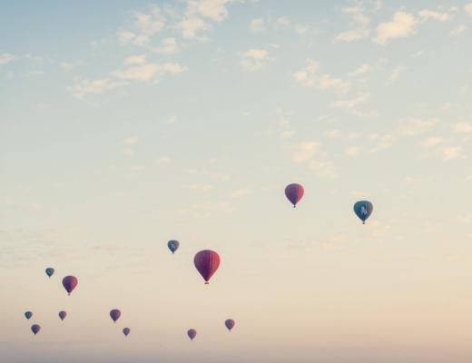 Ballons dans le ciel qui illustrent comment trouver sa voie et prendre un nouveau départ