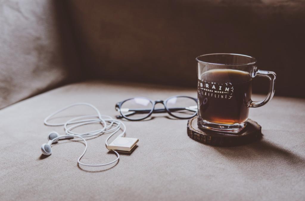 Café dans un verre qui illustre comment trouver sa voie et prendre un nouveau départ