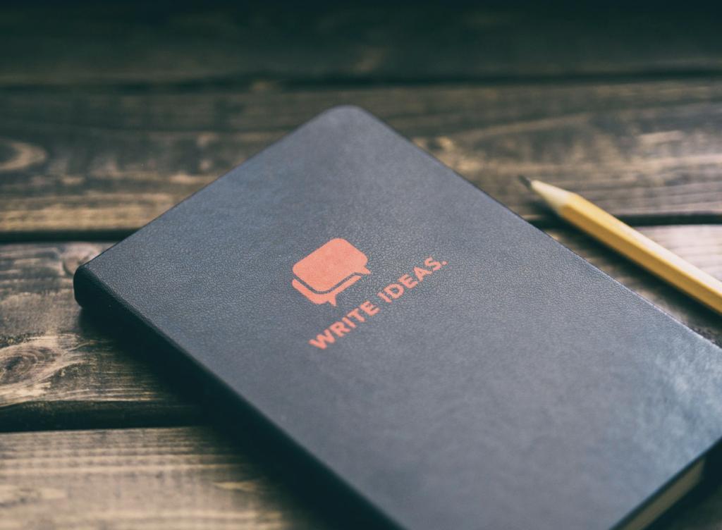 Carnet sur une table pour écrire comment trouver sa voie et prendre un nouveau départ