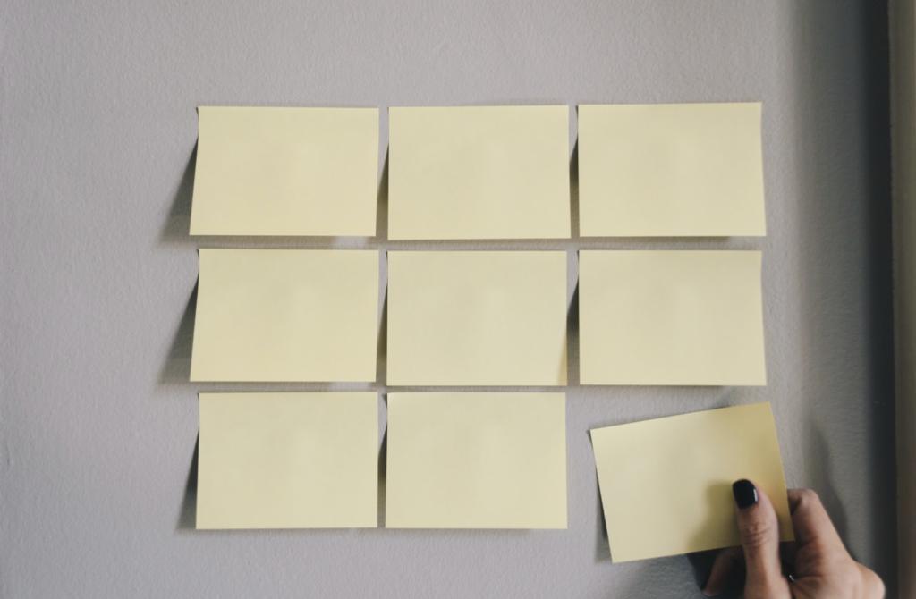 Post-it sur un mur pour écrire comment trouver sa voie et prendre un nouveau départ