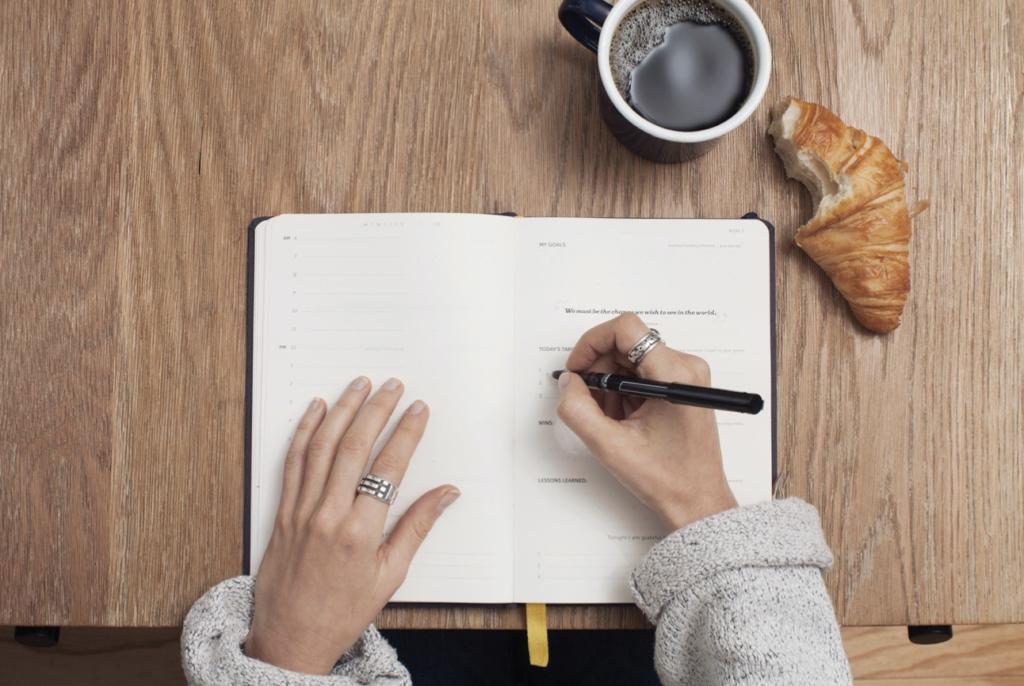 Personne qui écrit comment trouver sa voie et prendre un nouveau départ