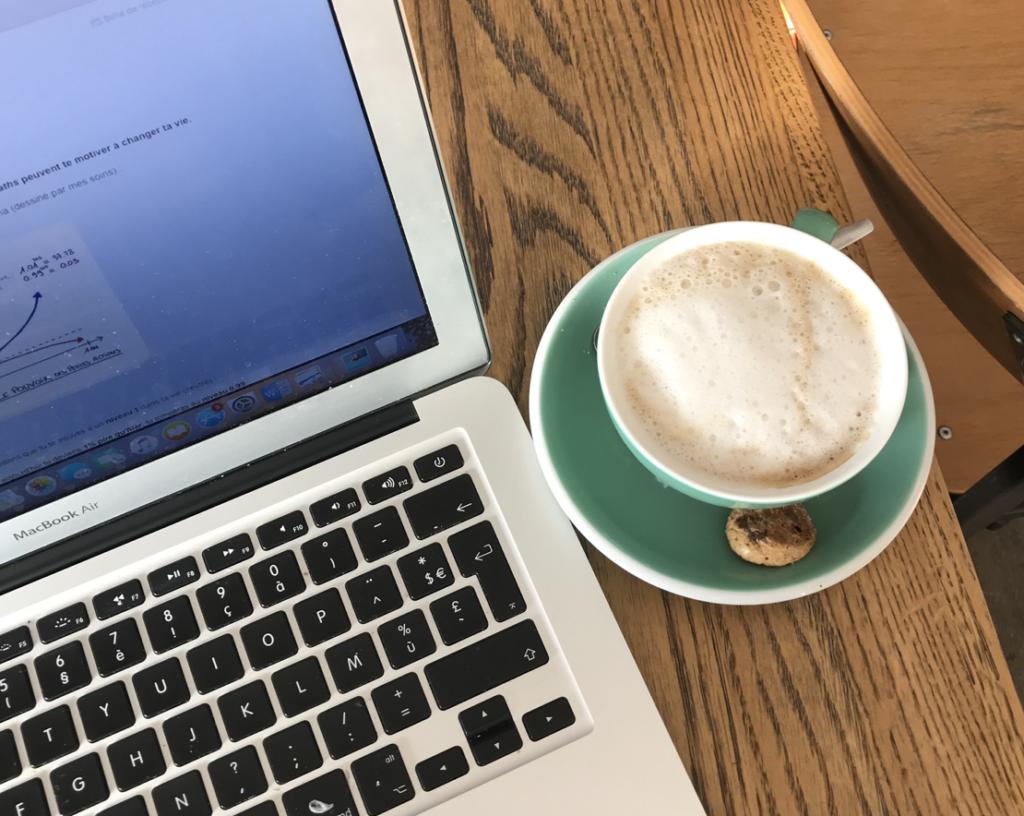 Café devant ordinateur