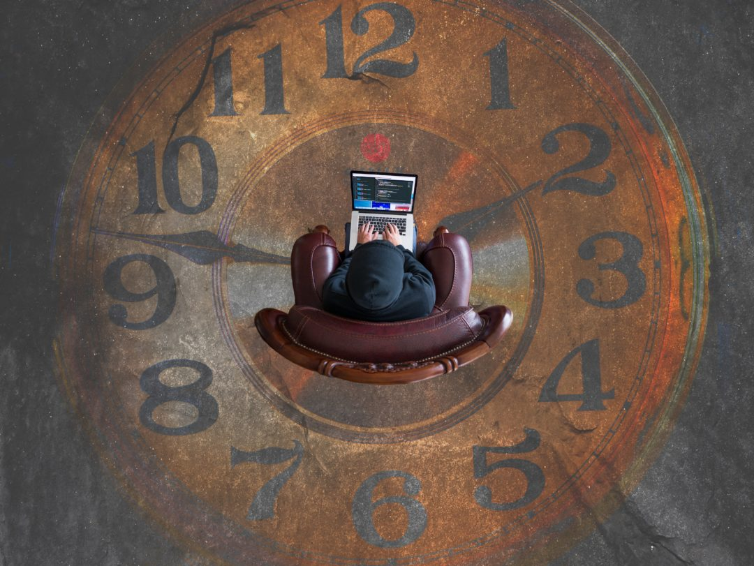 Homme assis au milieu d'une horloge pour illustrer le concept de bon moment
