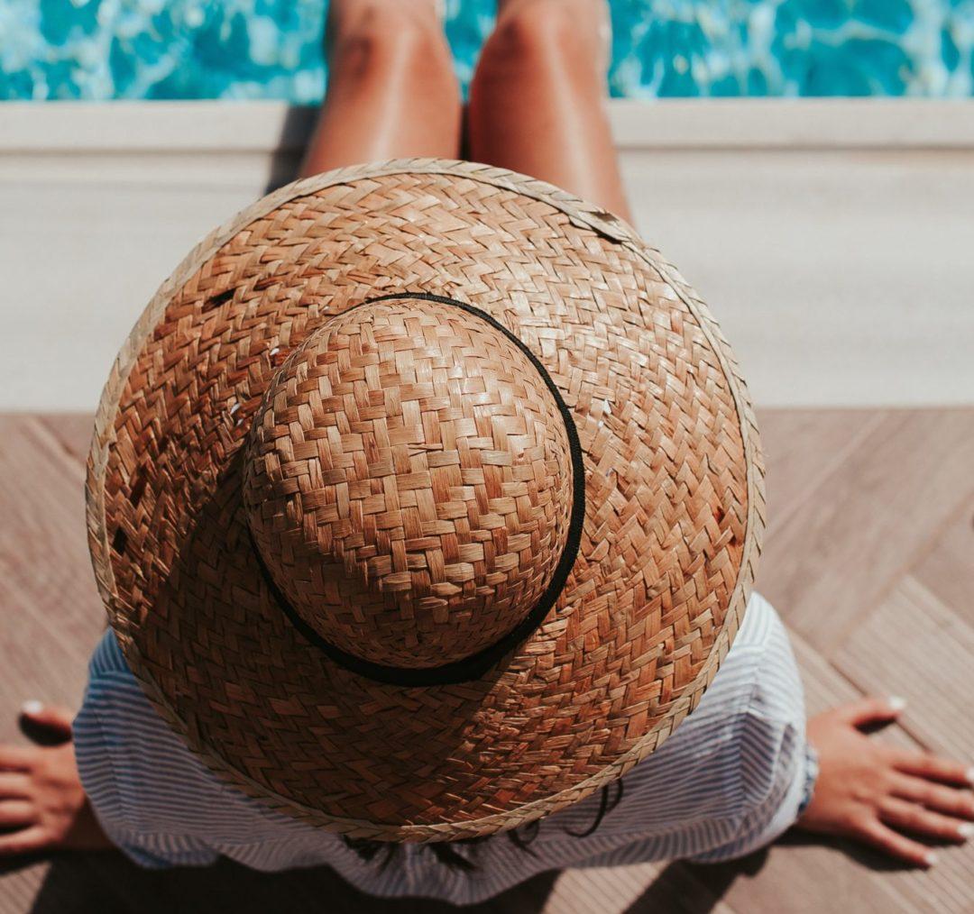 femme à la piscine qui illustre ce que j'ai décidé d'abandonner cet été