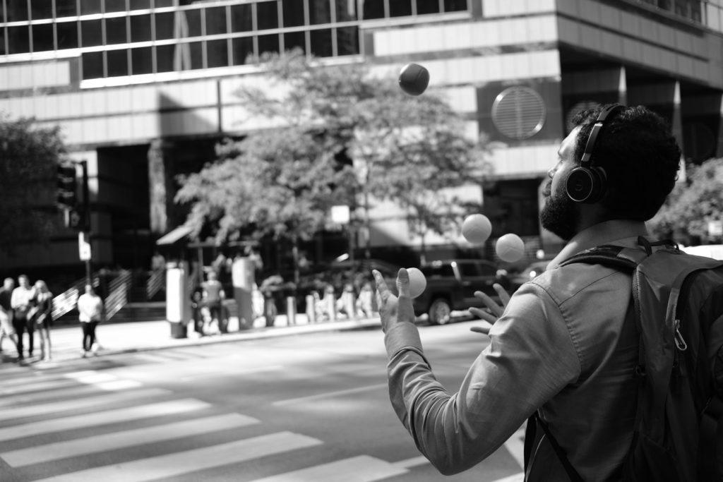 jongleur pour illustrer l'article comment s'épanouir professionnellement dans le chaos ?