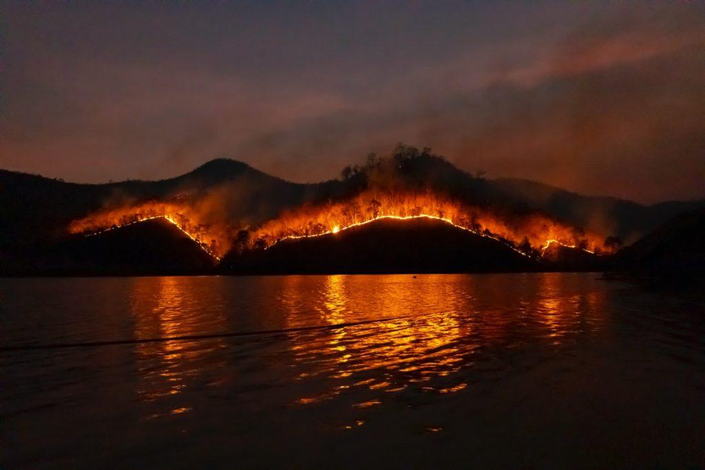montagne en feu pour illustrer l'article comment s'épanouir professionnellement dans le chaos ?