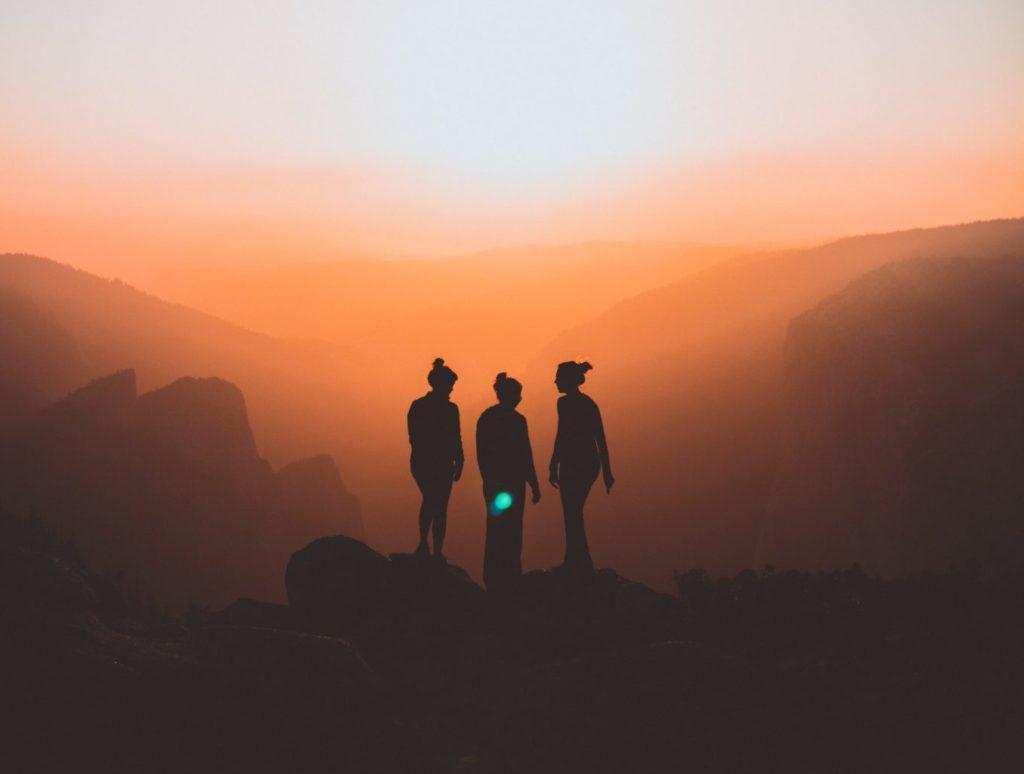 3 personnes sur une montagne pour illustrer comment bien t'entourer en 2021