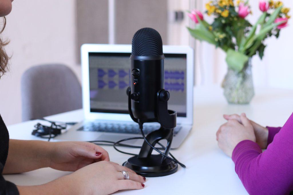 Micro entre deux personnes pour illustrer le fait que Célia a créé un podcast en Side Project